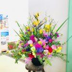 (株)サカイ引越センター様へ入社式の演台装花をお届けしました