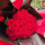 就任お祝いに赤いバラの花束をお届けしました。