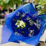 成人のお祝いに青いバラの花束をご注文頂きました。